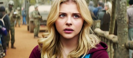 Chloe-Moretz-as-Cassie-in-The-5th-Wave-American-Trailer-910x400.jpg