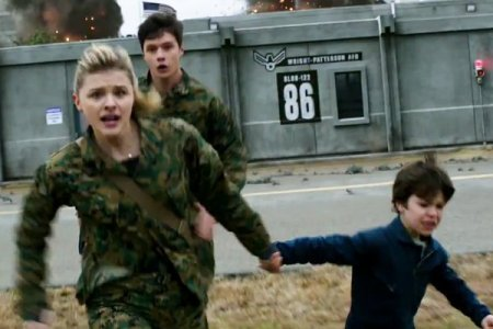 chloe-moretz-fights-to-save-her-brother-from-aliens-in-the-5th-wave